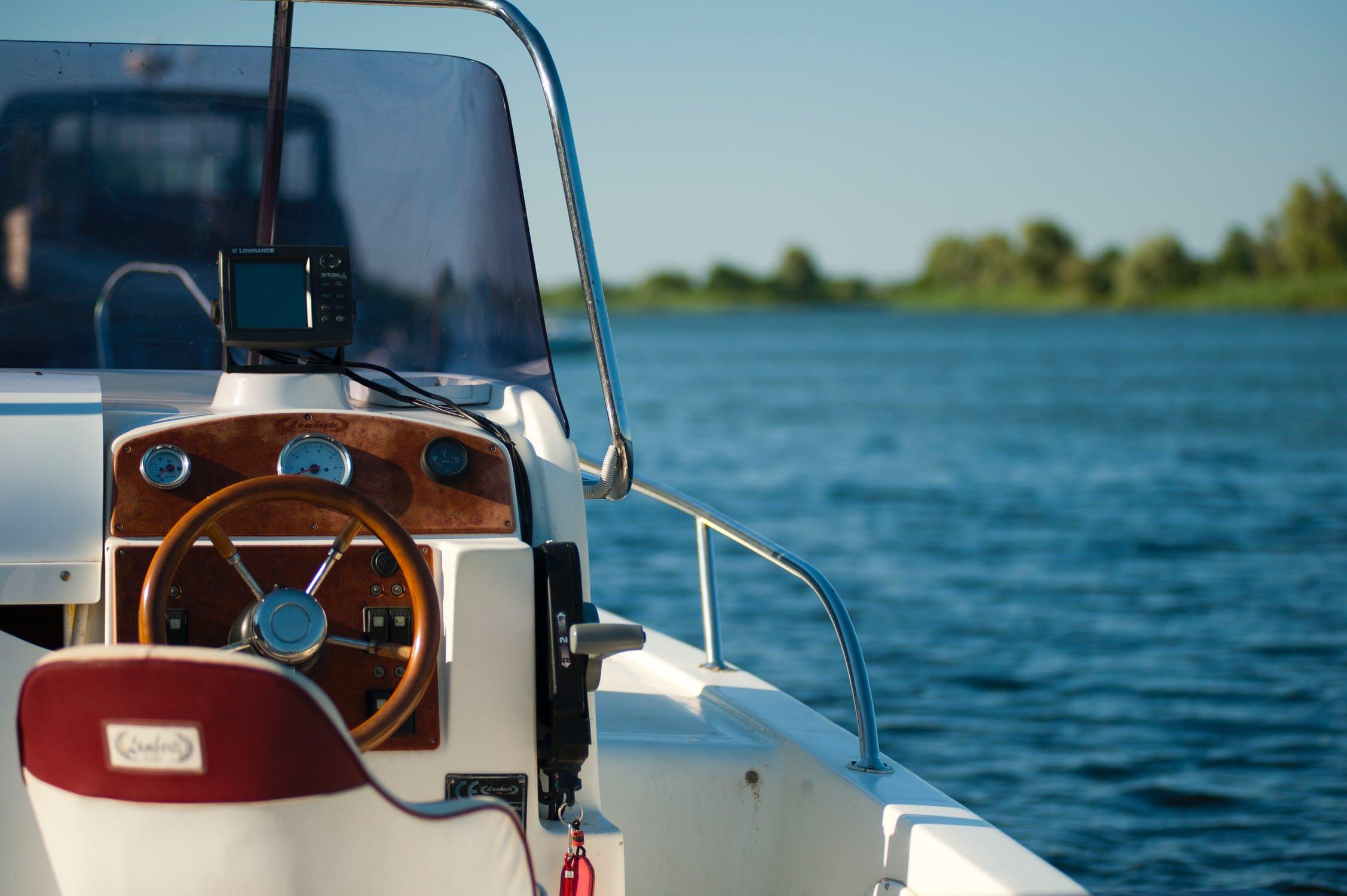En motorbåt till havs