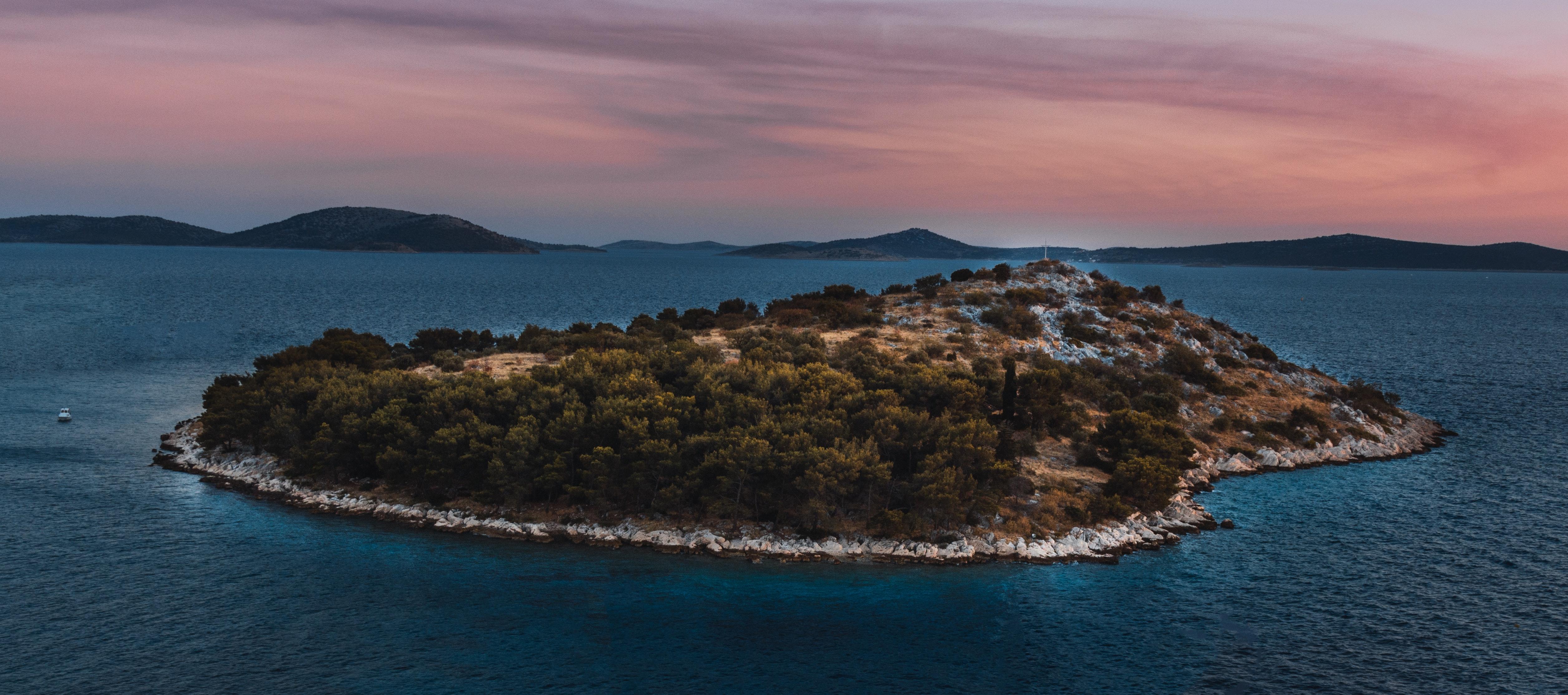 En ö i solnedgång